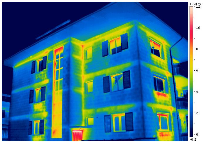 Wärmedämmung eines Mehrfamilienhauses mit Wärmebrücken - Thermografie